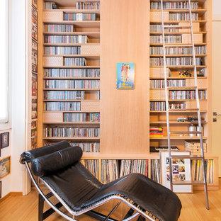 Ispirazione per un soggiorno mediterraneo con pareti bianche, pavimento in legno massello medio e pavimento marrone