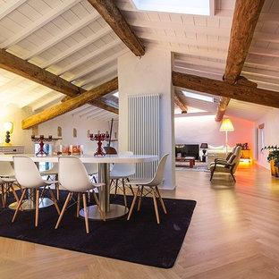 Idee per un soggiorno minimalista con pareti bianche e parquet chiaro