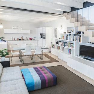 Ispirazione per un soggiorno contemporaneo di medie dimensioni e aperto con pareti bianche, parquet chiaro, parete attrezzata e pavimento beige