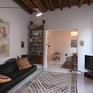Immagine di un soggiorno mediterraneo con pareti bianche, camino classico, cornice del camino in intonaco e TV autoportante