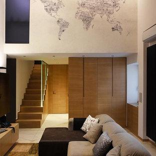 ナポリの小さいコンテンポラリースタイルのおしゃれなLDK (白い壁、壁掛け型テレビ、白い床) の写真