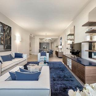 Ispirazione per un soggiorno design aperto con TV autoportante, pareti grigie, parquet chiaro e pavimento beige