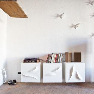 ナポリの巨大なエクレクティックスタイルのおしゃれな独立型ファミリールーム (ミュージックルーム、白い壁、テラコッタタイルの床、テレビなし) の写真