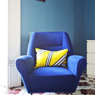 Ispirazione per un ampio soggiorno eclettico chiuso con pareti bianche, pavimento in terracotta e nessuna TV