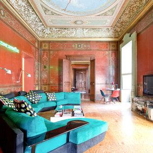 Idee per un grande soggiorno bohémian chiuso con pareti rosse, TV autoportante, pavimento in legno massello medio e nessun camino