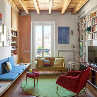 Idee per un soggiorno design di medie dimensioni e aperto con libreria, pareti bianche, parquet scuro, travi a vista, soffitto in legno, TV autoportante e pavimento marrone