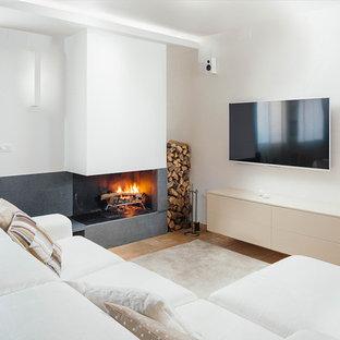 Ejemplo de salón abierto, actual, con paredes blancas, suelo de baldosas de terracota, chimenea lineal, marco de chimenea de hormigón y televisor colgado en la pared