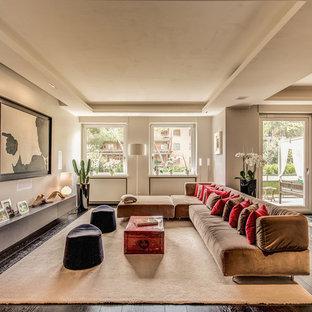 Immagine di un grande soggiorno design aperto con pareti bianche, parquet scuro e pavimento marrone