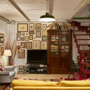 Esempio di un soggiorno boho chic con pareti bianche, nessun camino, TV autoportante e pavimento beige