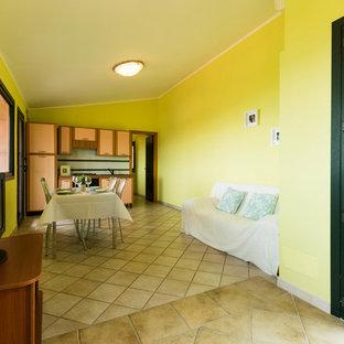 カリアリのビーチスタイルのおしゃれな独立型リビング (黄色い壁、磁器タイルの床、暖炉なし、ベージュの床) の写真