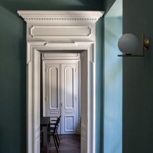 Пример оригинального дизайна: изолированная гостиная комната в стиле модернизм с зелеными стенами, темным паркетным полом, стандартным камином и фасадом камина из камня
