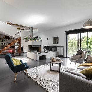 Foto di un grande soggiorno contemporaneo aperto con pareti bianche, pavimento in gres porcellanato, camino ad angolo, cornice del camino in intonaco e TV autoportante
