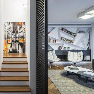 Foto di un soggiorno minimal con pareti bianche, parquet scuro e pavimento marrone