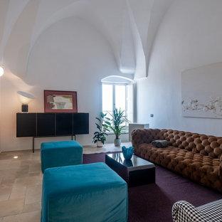 Immagine di un soggiorno mediterraneo con pareti bianche e pavimento beige