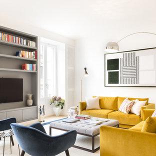 Idee per un soggiorno design con sala formale, pareti bianche, parquet chiaro, TV a parete e pavimento beige