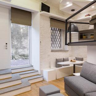 Immagine di un piccolo soggiorno design con pareti bianche e parquet chiaro