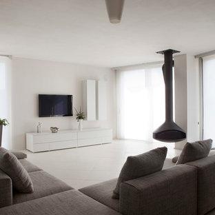 Inspiration för stora moderna vardagsrum, med ett finrum, vita väggar, en hängande öppen spis och en väggmonterad TV