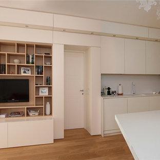 Kleine, Offene Moderne Bibliothek mit weißer Wandfarbe, braunem Holzboden, Wand-TV und gelbem Boden in Sonstige