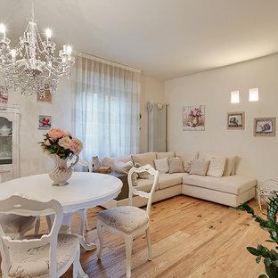 Foto de sala de estar cerrada, romántica, de tamaño medio, con paredes blancas