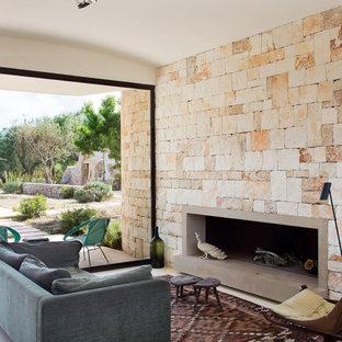 他の地域の地中海スタイルのおしゃれなリビング (フォーマル、横長型暖炉、コンクリートの暖炉まわり、テレビなし) の写真