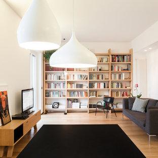カリアリの北欧風 リビング・居間の画像 (ライブラリー、白い壁、淡色無垢フローリング、据え置き型テレビ、独立型、ベージュの床)