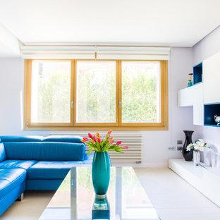 Ispirazione per un grande soggiorno contemporaneo aperto con libreria, pavimento in gres porcellanato, nessuna TV, pavimento bianco e pareti bianche