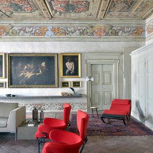 Idee per un soggiorno bohémian chiuso con pareti beige, nessuna TV e pavimento marrone
