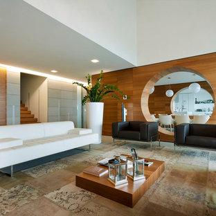Immagine di un soggiorno moderno con pareti marroni e pavimento beige