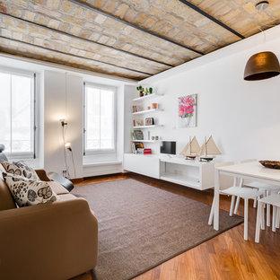 Ispirazione per un soggiorno mediterraneo di medie dimensioni e aperto con pareti bianche, pavimento in legno massello medio, nessun camino e TV autoportante
