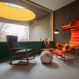 Esempio di un soggiorno eclettico aperto con pareti verdi e pavimento grigio