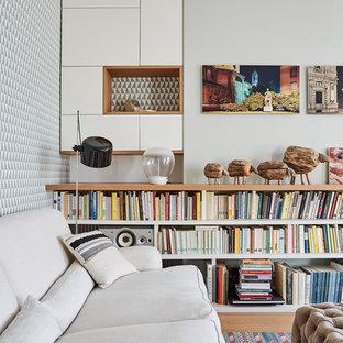 Foto di un soggiorno minimal con pareti grigie, pavimento in legno massello medio e pavimento beige