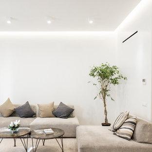 Idee per un soggiorno contemporaneo con pareti bianche, parquet chiaro e pavimento beige