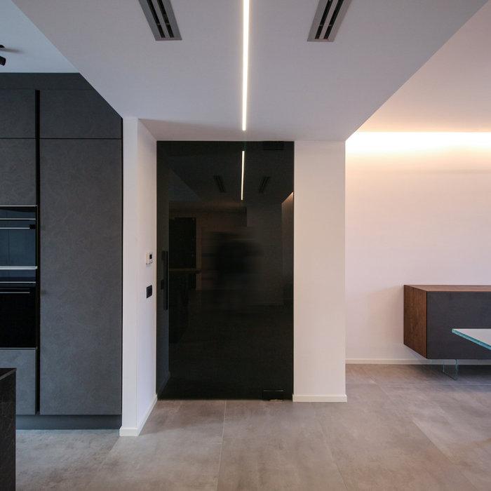 Immagine di un grande soggiorno design aperto con TV a parete