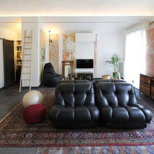 Idee per un soggiorno bohémian chiuso con pareti bianche, TV a parete, sala formale, pavimento in cemento e pavimento grigio
