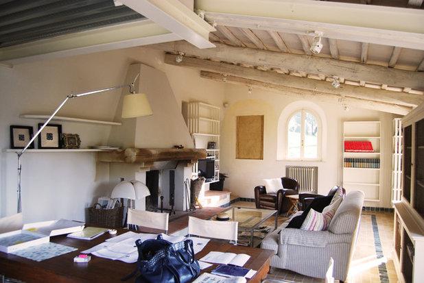 Top in campagna soggiorno by canepa with arredamento stile for Piani di casa in stile toscano