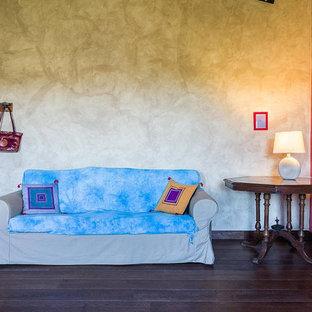 Esempio di un soggiorno etnico di medie dimensioni con pareti multicolore, parquet scuro e pavimento marrone