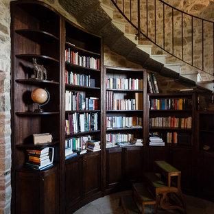 Ispirazione per un soggiorno mediterraneo con libreria, pareti grigie e pavimento grigio