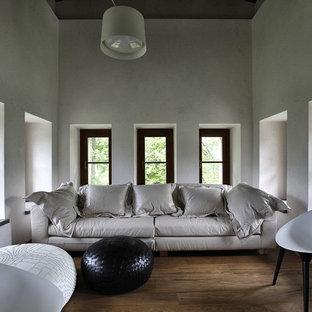Idee per un piccolo soggiorno moderno chiuso con pareti bianche, pavimento in legno massello medio e pavimento marrone
