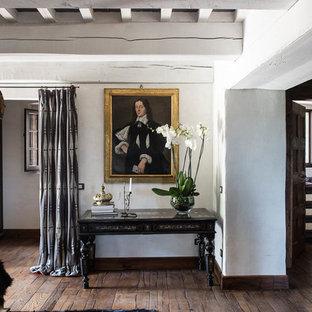 Ispirazione per un soggiorno chic aperto con pareti bianche, parquet scuro e sala formale