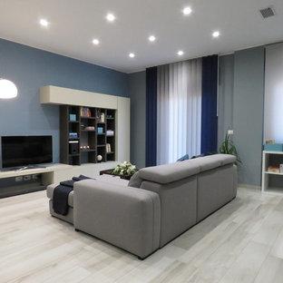 Esempio di un piccolo soggiorno minimalista aperto con pareti grigie, pavimento in gres porcellanato, nessun camino, TV autoportante e pavimento beige