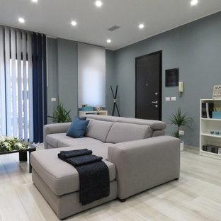 Ejemplo de salón abierto, moderno, pequeño, sin chimenea, con paredes grises, suelo de baldosas de porcelana, televisor independiente y suelo beige