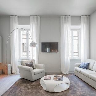 Foto di un soggiorno contemporaneo chiuso con camino lineare Ribbon, sala formale, pareti grigie, parquet chiaro, TV a parete e pavimento beige