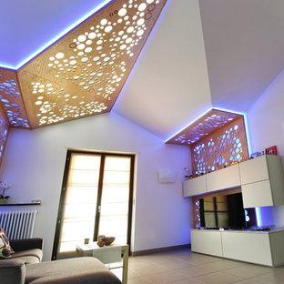 他の地域の小さいコンテンポラリースタイルのおしゃれな独立型リビング (白い壁、セラミックタイルの床、暖炉なし、埋込式メディアウォール、グレーの床) の写真