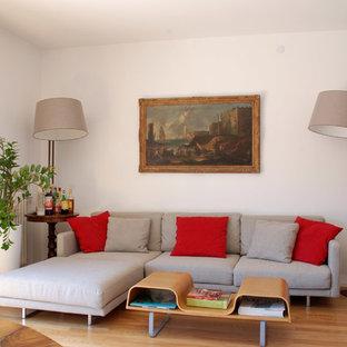 Ispirazione per un soggiorno minimal di medie dimensioni e chiuso con pareti bianche e parquet chiaro