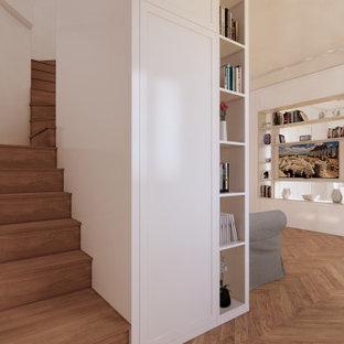 Ispirazione per un soggiorno classico di medie dimensioni e aperto con libreria, pareti bianche, pavimento in legno massello medio, parete attrezzata, pavimento giallo, soffitto ribassato e boiserie
