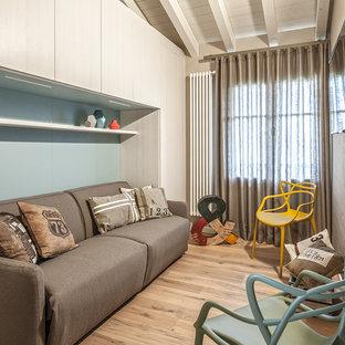 Idee per un soggiorno design chiuso con pareti blu, parquet chiaro e TV a parete