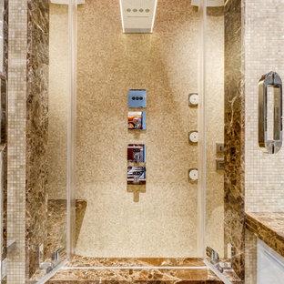 Idee per un soggiorno eclettico di medie dimensioni e aperto con libreria, pavimento in marmo, camino lineare Ribbon, cornice del camino in legno, TV a parete, pareti beige, pavimento beige, soffitto a volta e pareti in mattoni