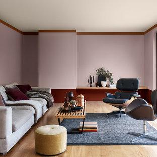 Ispirazione per un soggiorno moderno chiuso con sala formale, pareti viola, parquet chiaro e pavimento beige