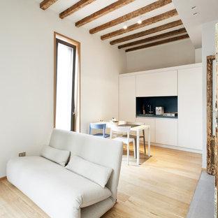 Ispirazione per un soggiorno contemporaneo di medie dimensioni e aperto con pareti bianche e parquet chiaro
