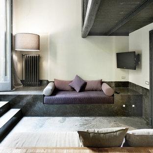 ミラノの中サイズのインダストリアルスタイルのおしゃれな独立型ファミリールーム (白い壁、壁掛け型テレビ) の写真